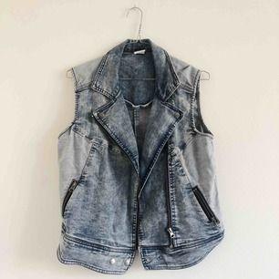 Snygg jeansväst från Vero Moda, sparsamt använd och inga skavanker, som ny! Skickas mot frakt eller möts upp vid Östermalm ✨ samfraktar gärna!