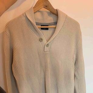 Tjocktröja i beige med snygg krage och knappar i storlek M. Endast använd en gång och perfekt tröja att ha till hösten. Varm och skön