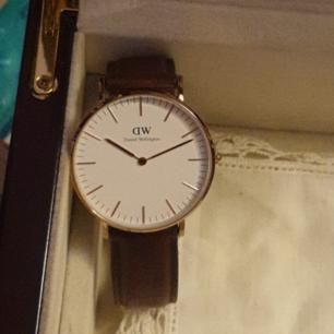 Daniel Wellington klocka i rosèguld med brunt armband