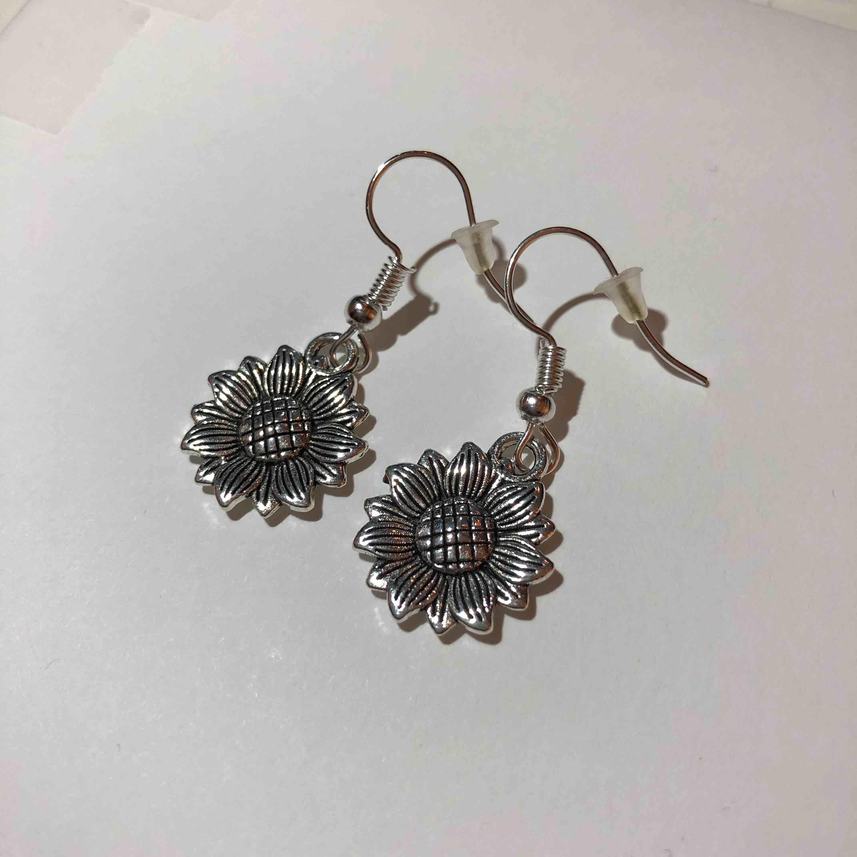 Handgjorda silver örhängen i form av solros/blomma! Nickelfria. Fri frakt🥰. Accessoarer.