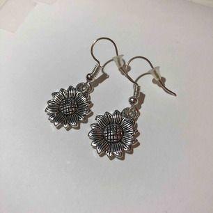Handgjorda silver örhängen i form av solros/blomma! Nickelfria. Fri frakt🥰