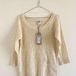 Oanvänd stickad tröja från Vero Moda med glittriga paljetter, lappen sitter kvar 💕 Skickas mot frakt eller möts upp vid Östermalm ✨ samfraktar gärna!