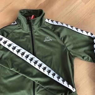Fin grön kappa zip-hoodie, aldrig använd, storlek medium.