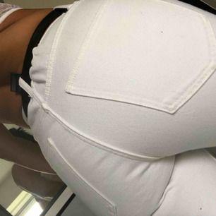 Mom jeans  från Bikbok. Små i storlek. Brukar ha S i såna jeans. Aldrig använda!! Frakt tillkommer på 55.