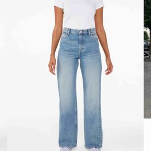 Säljer dessa jättefina vida jeans från monki då jag tog en storlek förstor. De är använda en gång därav priset. Frakten ligger på 72kr och den delar vi på💕