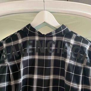 Skjorta från Balenciaga inköpt i butik i Monaco i somras ☀️  Storlek 37 EU herrskjortor, sitter oversized ner till knäna på mig som är 165cm och vanligtvis en storlek S 🥰  Nypris 595 euro och använd 2 ggr. Cond. 9/10.  Kvitto finns.