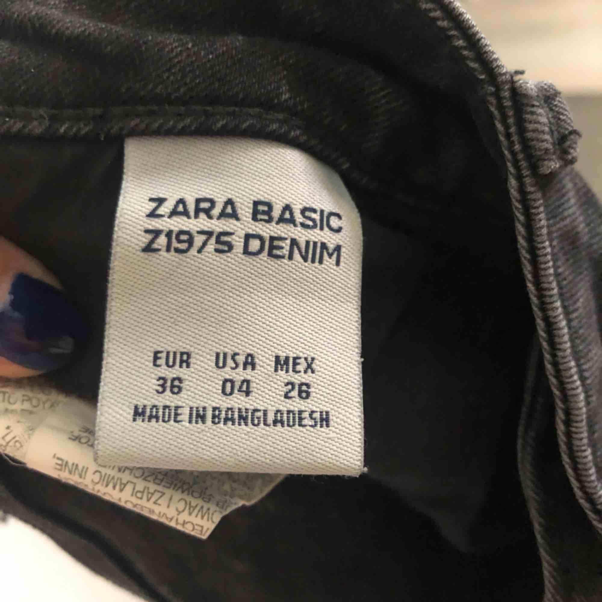 Ett par fina jeans från Zara. För små för mig. Normal midja och lite stretch. Frakt tillkommer . Jeans & Byxor.