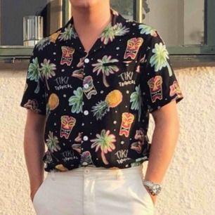 Skjorta från Nikben menswear i stl S använd 2 gånger (första bilden är inte min🙋🏼♂️)   Cond. 9/10 och köpt för 1299kr på Vallgatan 12 i GBG. Kan mötas upp eller så står köparen för frakt 🥰
