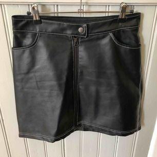 Älskade kjol från Carin Wester i 100% PU. Använd en gång men säljes pga lite för stor.