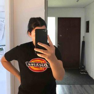 """Säljer denna Dickies t-shirt i mycket bra skick. Har inte använts mycket. Den är köpt på """"herr avdelningen"""" så storleken är lite större än en dam-xs. Betalning via swish🦋 kan fraktas om köparen står för frakt."""