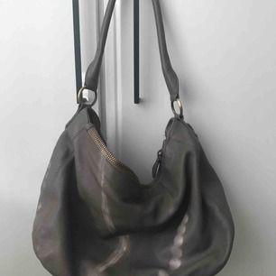 Grå/beige väska! Köpt på plick men kom aldrig till användning. Kan mötas i Sthlm annars tillkommer frakt!