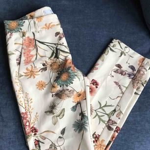 Blommiga o så fina kostymbyxor från Mango! Använda fåtal gånger✨