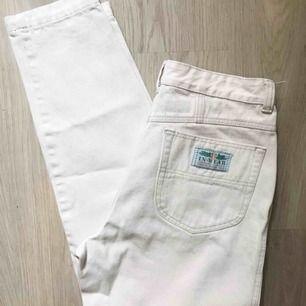 Supersnygga gräddvita mom-jeans från In Wear! Hög midja! Storlek 40. Waist 29. Såå snygga!!! 🌟 Frakt tillkommer