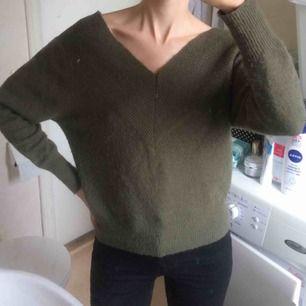 V-ringad (bak- och fram) stickad tröja från Zalando. Storlek XS, men passar även S. Frakt 45 kr
