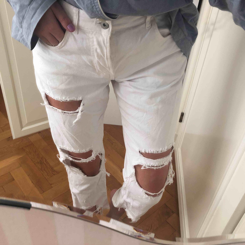 Vita jeans med hål från Zara, stl 36 men passar även 38!, . Jeans & Byxor.