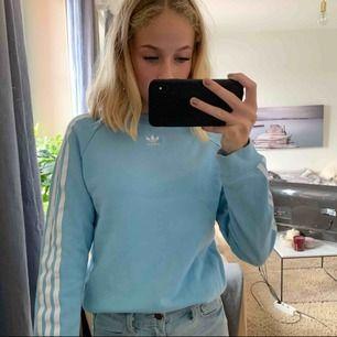 Blå skit snygg addidas tröja  Perfekt en höst dag Jätte skön Cirka använd 1 gång Bra skick
