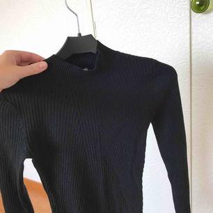 Svart polo tröja från H&M. Tjockare i materialet och en väldigt bra basplagg i garderoben. Tröjan är ribbad som jag hoppas framgår på bilderna! Pris kan diskuteras :-)