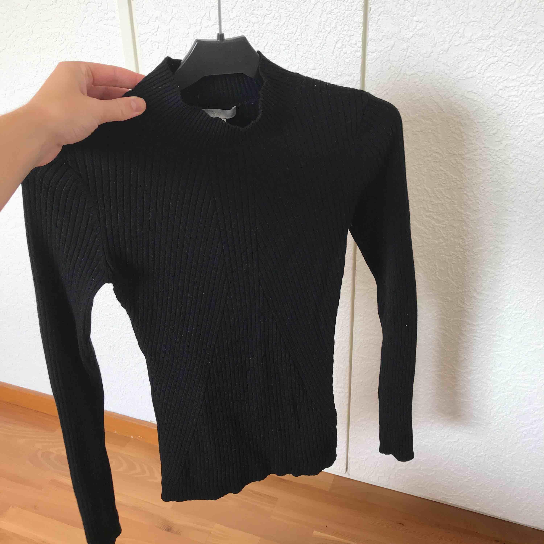 Svart polo tröja från H&M. Tjockare i materialet och en väldigt bra basplagg i garderoben. Tröjan är ribbad som jag hoppas framgår på bilderna! Pris kan diskuteras :-) . Tröjor & Koftor.