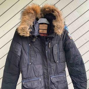 Parajumper Jacka äkta päls , strl;M/L   Etikett och allt finns med!  En varm och Go jacka för Vintern!  Mycket fint skick !  Köparen står för frakten !