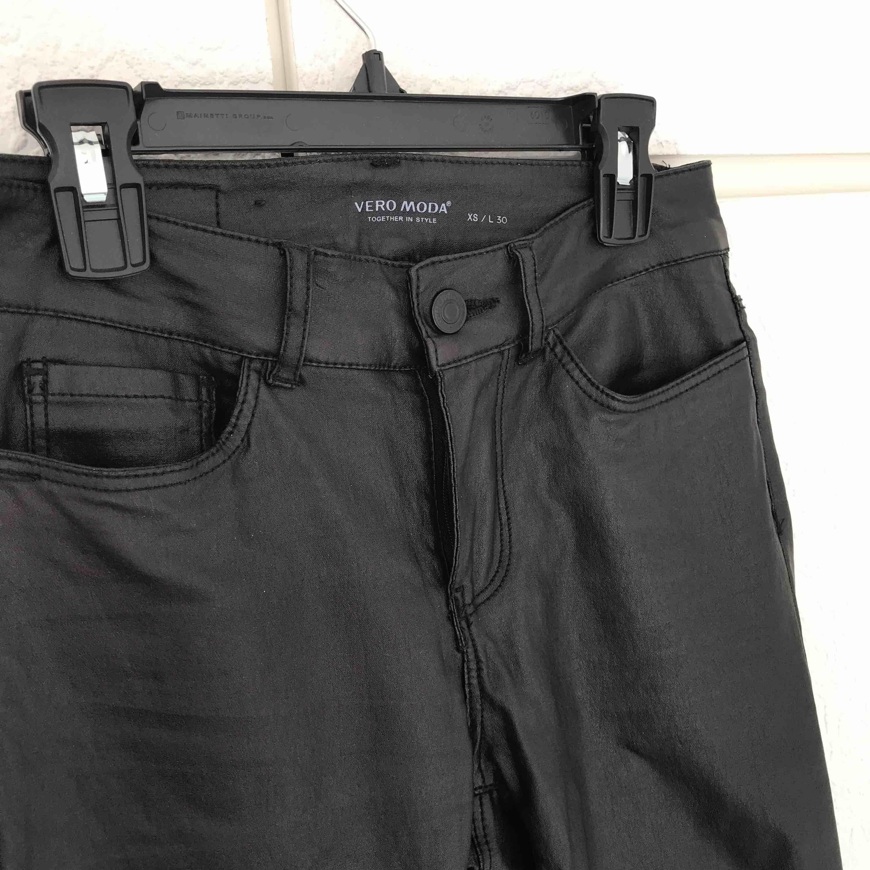 Skinnbyxor ifrån Vero Moda! Nypris 399 :-  De är nästintill oanvända!! De sitter väldigt snyggt på, men tyvärr börjar de bli för små för mig. De är storlek XS & är längd 30.. Jeans & Byxor.