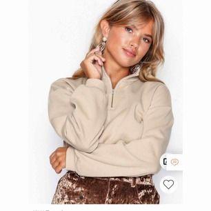 Snygg beige croppad tröja från Nelly som aldrig är använd, bara testad. Lapparna finns kvar och frakt tillkommer