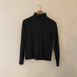 Långärmad mörkgrå tröja med krage från Zara, Storlek S
