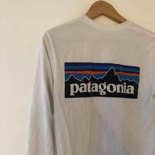 Långärmad tröja från Patagonia! Storlek XS för killar men sitter bra på mig som är S/M