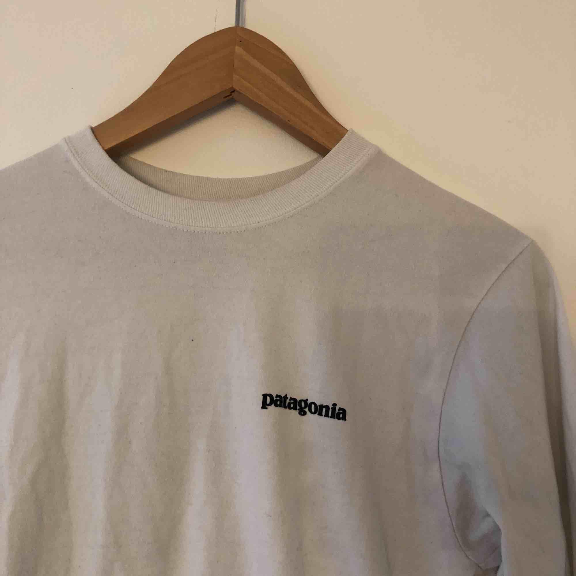Långärmad tröja från Patagonia! Storlek XS för killar men sitter bra på mig som är S/M . Tröjor & Koftor.