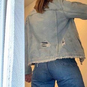 Ripped jeansjacka från River Island i en ljusare blå 🥶 Jättesnygg, men tyvärr inte min stil längre :/ 🥵 pris är exklusiva frakt 💌