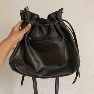 Gråbrun väska från Don Donna 🐰 Väl använd men mycket kvar att ge! PM för fler bilder 💫