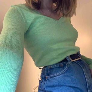 Underbar, grön v-neck sweatshirt från Hollister! 🍏 Frakt ingår ej!
