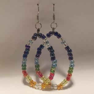 ✨Handgjorda örhängen i färgglada glaspärlor ✨ Frakt 9kr
