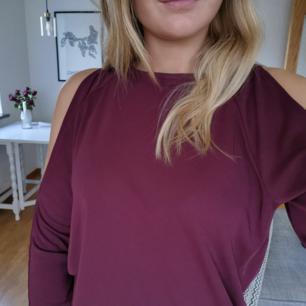Vinröd tröja med öppna axlar, strl xs, frakten ingår i priset🌺