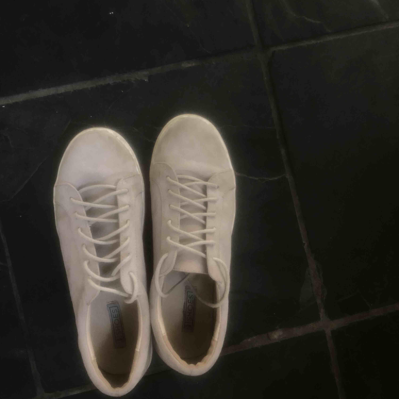 Superfina sneakers i bra skick, endast lite lugna längst fram men inget stort som syns!. Skor.