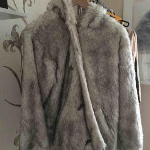 Polar jacka i äkta päls med luva. Köpt för många år sedan men knappt använd, inga skador.