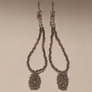 Handgjorda örhängen utav glaspärlor. Frakt 9kr
