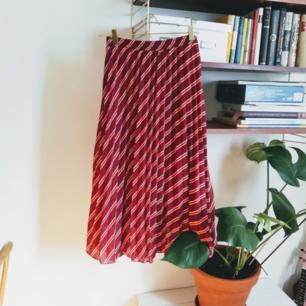 Skön och luftig kjol från ichi. Storlek s, men stretch I midjan, så den passar även på en M eller L. Nypris ca 800kr.   Frakt tillkommer på 55kr. Kan även mötas upp i Stockholm :)