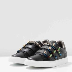 As snygga zadig Voltaire skor med nitar i olika färger💕 köpt från Zalando för 2200kr för cirka ett halvår sedan knappt använda så de är som nya. Möts endast upp elr så står köpare för frakt på dessa🖤