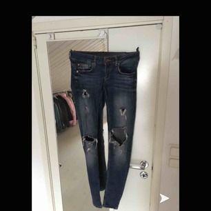 Lågmidjade jeans med slitningar! Sitter som en smäck och endast använda fåtal gånger. Frakten är inkluderat i priset!!