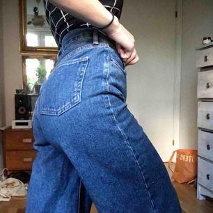 """Superballa """"flood"""" jeans av BDG från Urban Outfitters. Mycket påsiga/utsvängda men är helt enkelt för långa för mig. Storlek 26. Köpta för runt 600kr"""