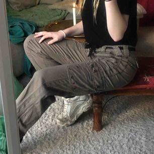 Militär gröna byxor med snygga detaljer. Säljer för 199 kr, om du köper dem inom 1h ingår frakten annars tillkommer den på ca 60 kr. Må bäst. Storleken är L men jag som har S använder skärp så sitter dem som en smäck. Inköpta för 350 kr (second hand).