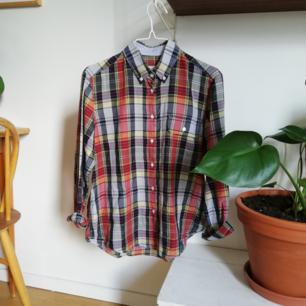 Rutig skjorta från Gant i storlek 38.  Frakt tillkommer på 45kr, annars kan jag mötas upp i Stockholm :)