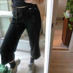Svarta byxor med snygga outside pockets framtill. Säljer för 120 kr (köp inom 1h så ingår frakt) annars kostar det ca 50 kronor. Skriv om ni har frågor, kram:)