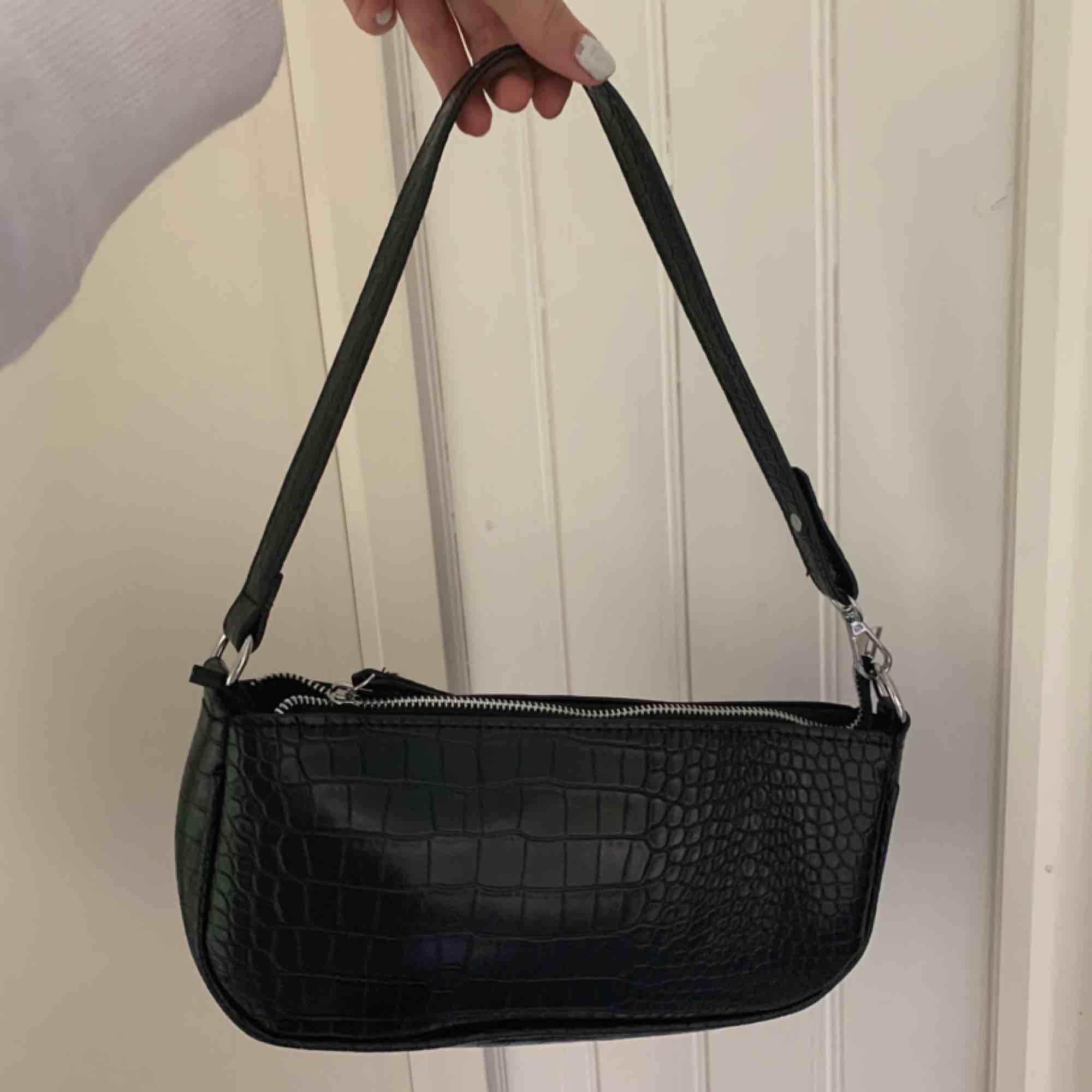 HELT NY jättefin och trendig väska från Crossbody DK, lappen finns kvar. Köpt för ca 450kr, säljer för 300. Vi delar på fraktpriset!!. Väskor.