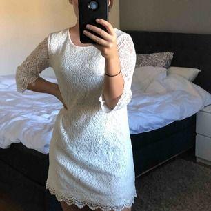 Vit spets klänning!