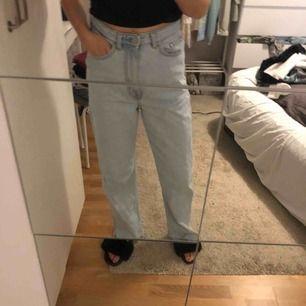 Jättesnygga byxor från weekday som är i superbra skick. Passar mig som är 1,69 lång och utan höfter