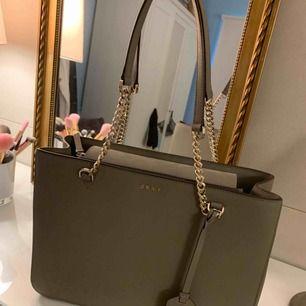 Säljer min jättefina DKNY Bryant väska på grund av att den bara ligger i mitt rum. Köpt för 2800 kr Inte använd mer än 2 gånger så den är basically helt ny. Dustbag medföljer givetvis💕