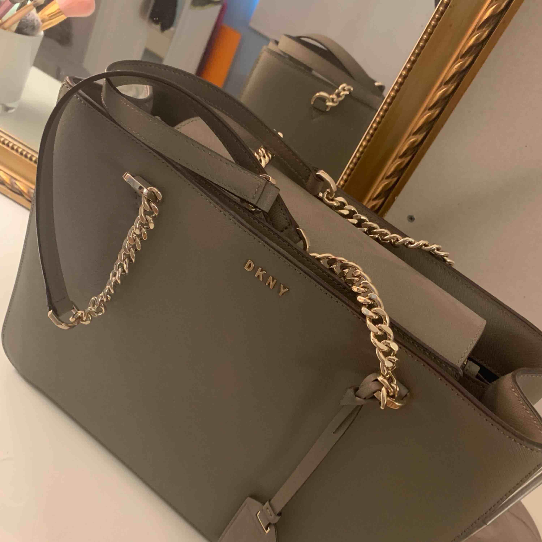 Säljer min jättefina DKNY Bryant väska på grund av att den bara ligger i mitt rum. Köpt för 2800 kr Inte använd mer än 2 gånger så den är basically helt ny. Dustbag medföljer givetvis💕. Väskor.