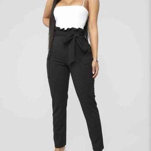 Nyköpta Fashion Nova kostymbyxor. Skriv om du vill ha bild på.