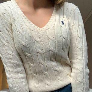 Säljer min skit snygga Ralph Lauren kabelstickade tröja gjord av pima Cotton, original pris 1300kr, säljer för 400, Använt endast ett fåtal gånger, helt som ny!🥰